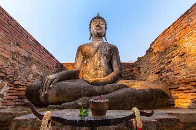 Wat si chum, phra achana en el parque histórico de sukhothai, tailandia