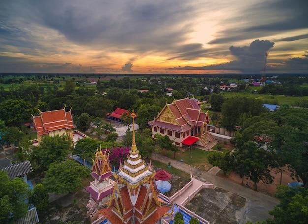 Wat thai, puesta de sol en el templo tailandia, son dominio público o tesoro del budismo
