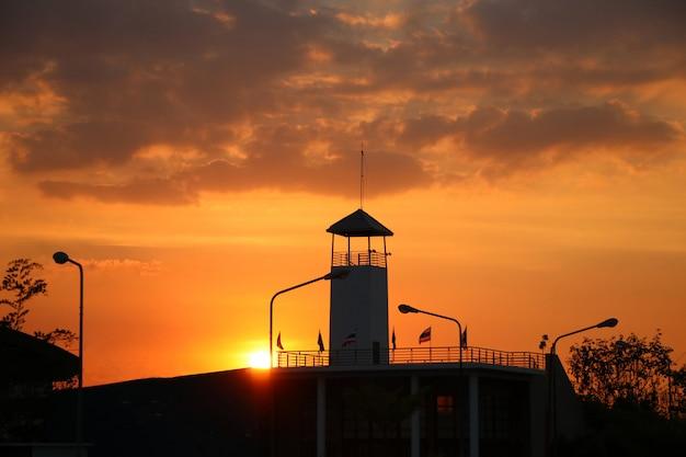 Watergate en tailandia con el crepúsculo anaranjado del cielo en fondo de la naturaleza