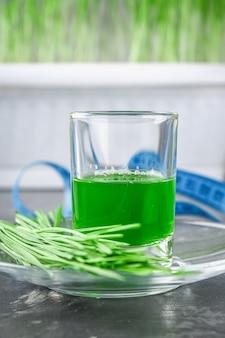 Wheatgrass tiro. jugo de pasto de trigo. tendencia de la salud.
