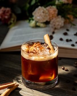 Whisky con canela sobre la mesa
