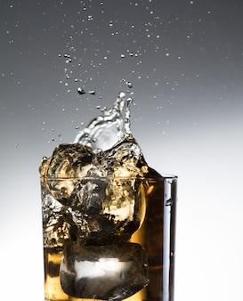 Whisky cocktail licor splash alcohol en copa