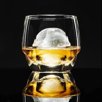 Whisky con cóctel de fantasía de hielo de esfera
