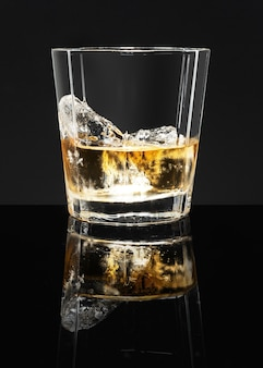 Whisky escocés dorado sobre fondo negro