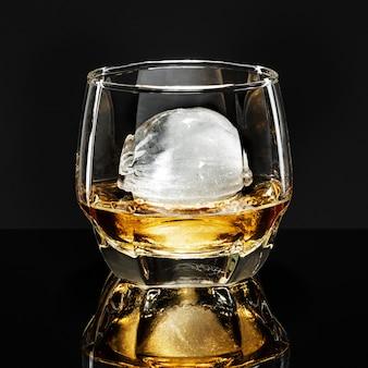 Whisky con esfera de hielo cóctel de fantasía