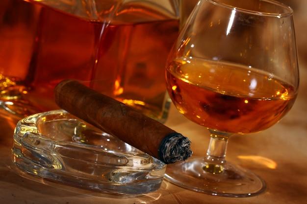 Whisky frío y cigarro