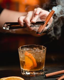 Whisky con limón y canela.