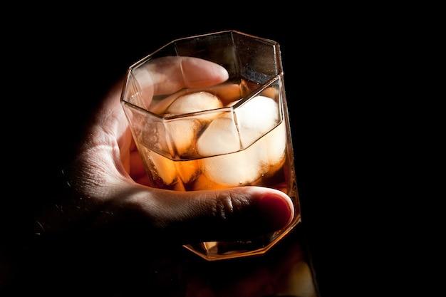 Whisky de oro en la mano