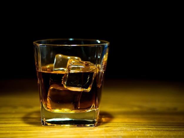 Whisky en el puchero de vidrio en la barra de la mesa
