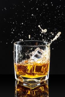 Whisky en las rocas fondo negro