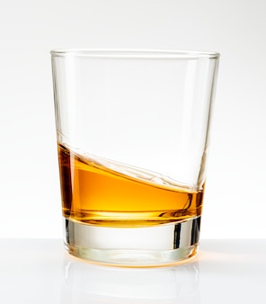 Whisky servido solo en un vaso