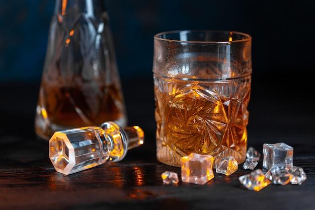 Whisky en vaso con hielo