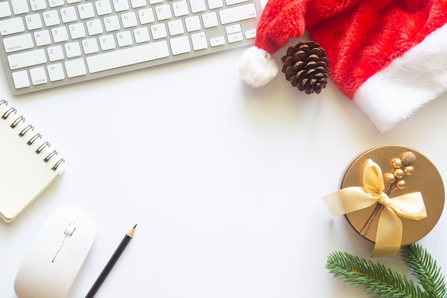 White christmas, escritorio de oficina con vista superior con espacio de copia para ingresar el texto.