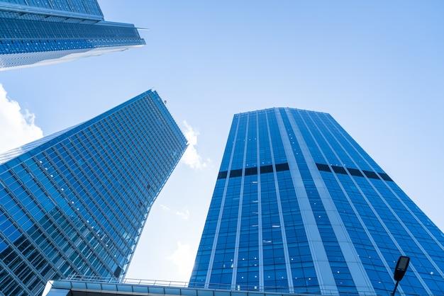 Windows of skyscraper business office con cielo azul