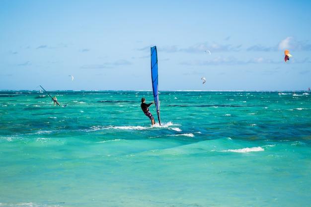Windsurfistas en la playa de le morne en mauricio