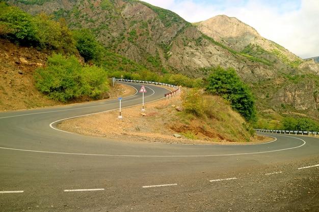 Windy mountain road en el sureste de armenia