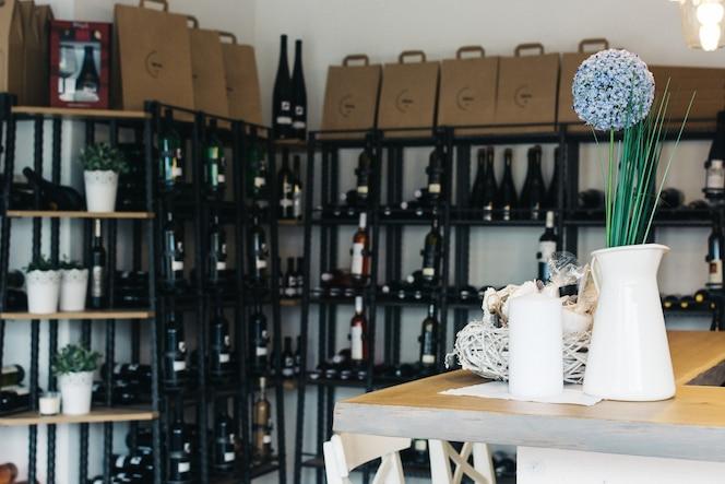 Wineshop con una amplia selección de botellas de vino