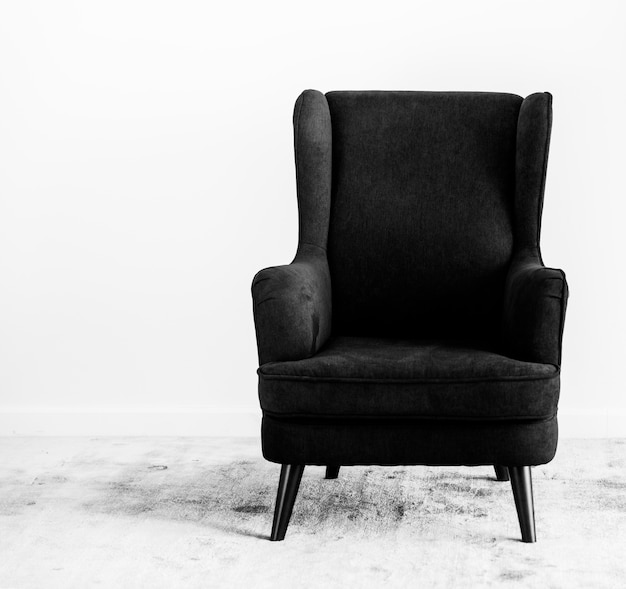 Wing back chair en una alfombra no people