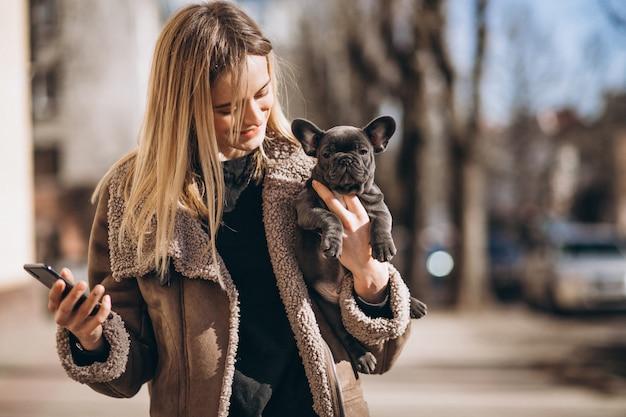 Woaman con bulldog francés