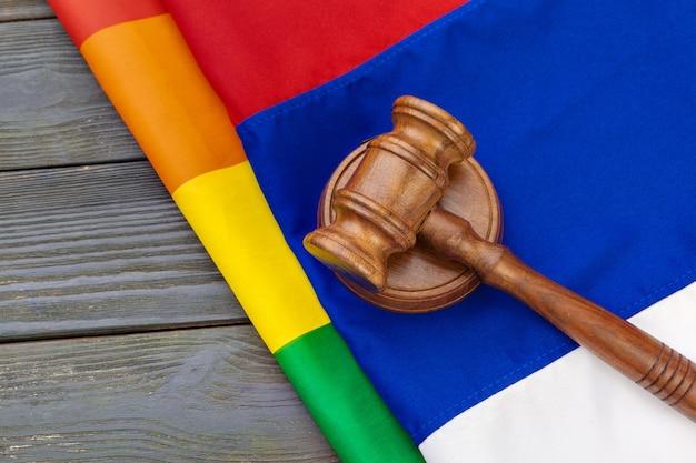 Woden juez mazo símbolo de la ley y la justicia con la bandera lgbt en colores del arco iris en madera