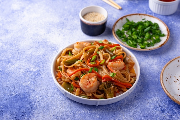 Wok con camarones y verduras