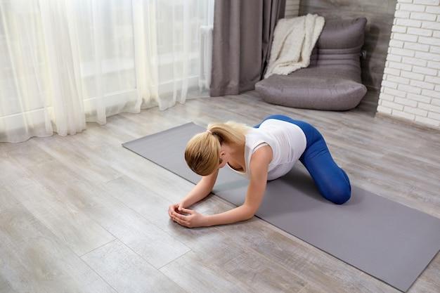 Woman so baddha konasana ejercicio para fortalecer los músculos del útero