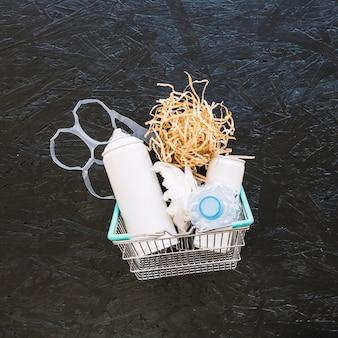 Woodshave y bolsa de plástico en cesta de metal