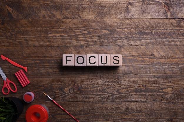 Word se centra en cubos de madera, bloques sobre el tema de la educación, el desarrollo y la formación en una mesa de madera. vista superior.