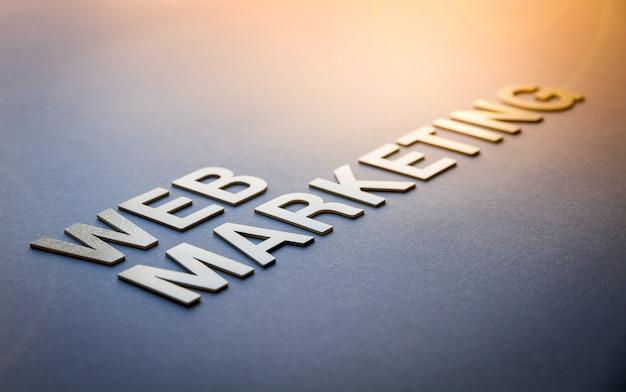 Word web marketing escrito con letras sólidas blancas