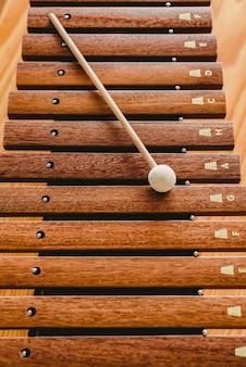 Xilófono de madera en un aula de música
