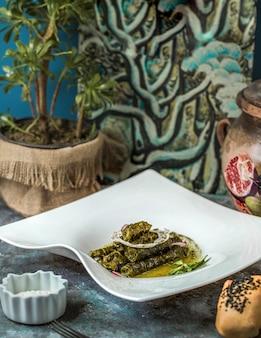 Yarpaq dolmas, dolma caucásico tradicional en plato blanco