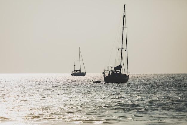Yate de lujo navegando en el mar