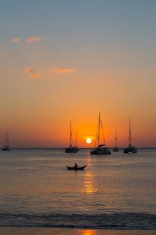 Yate en el mar durante la puesta de sol