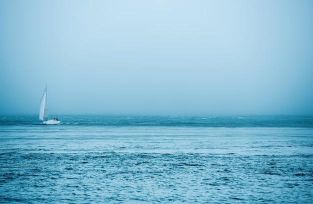 Yate y el mar