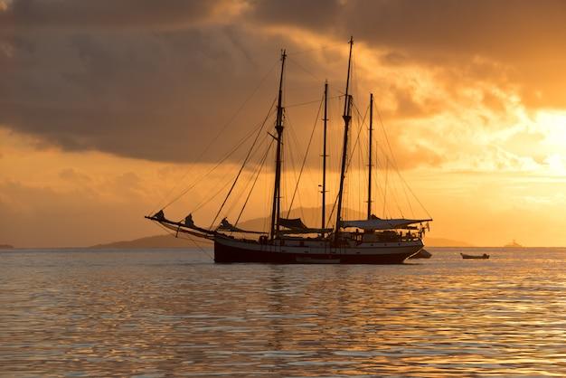 Yate en el océano índico