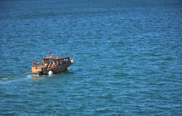 Yate de recreo en el puerto de sebastopol, viaje en barco, barco a motor a lo largo de la costa de crimea.