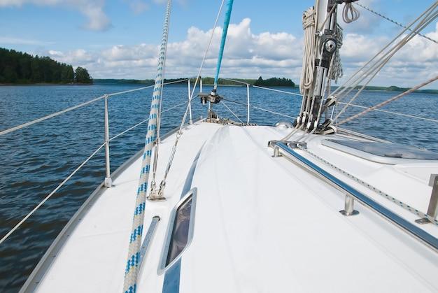 Yate de vela en el golfo de finlandia