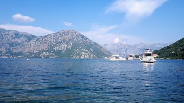 Yates en la bahía de kotor, montenegro
