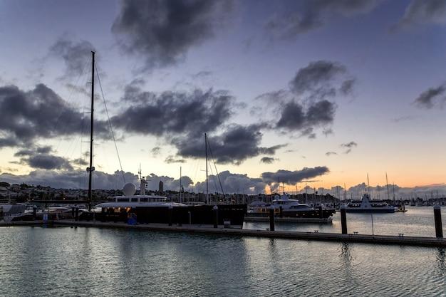 Yates de lujo al atardecer en el puerto de auckland, nueva zelanda
