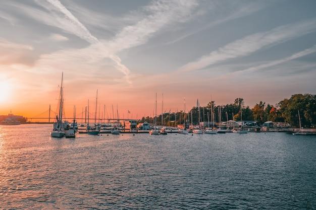 Los yates de vela están amarrados en el puerto deportivo del club náutico de san petersburgo.