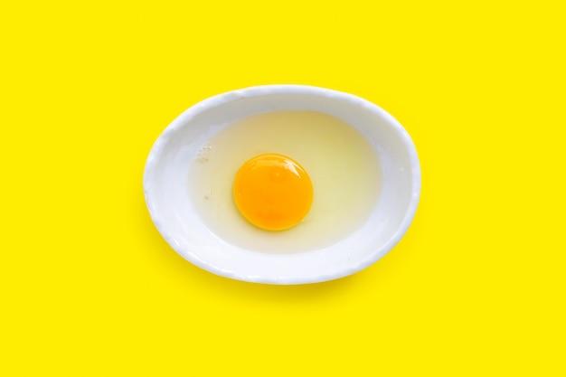 Yema de huevo y clara en un tazón.