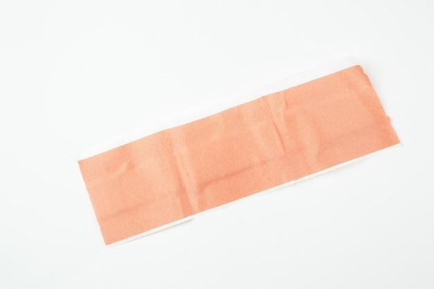 Yeso adhesivo bactericida médico sobre fondo blanco aislado