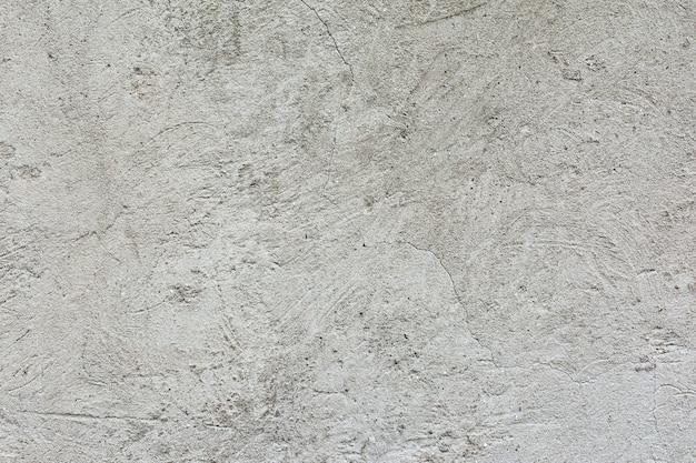 Yeso en la pared interior de un edificio residencial durante las obras de renovación