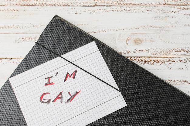 Yo gay palabras en papel contra el caso del documento