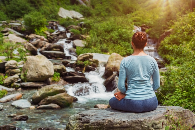 Yoga al aire libre - pose de loto padmasana asana