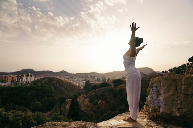 Yoga, campo y puesta de sol