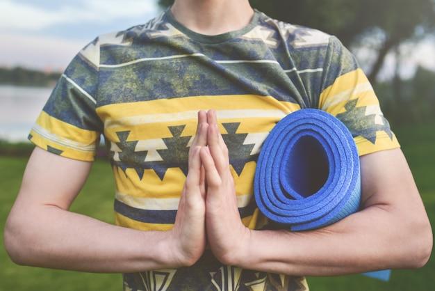 Yoga. cerrar las manos de los hombres.