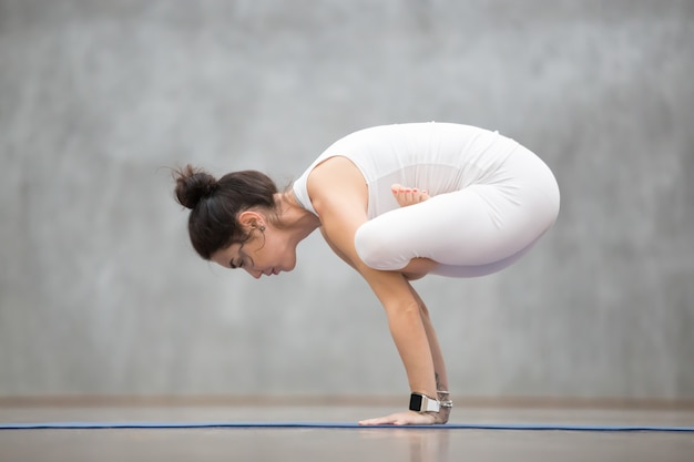 Yoga hermosa: urdhva kukkutasana