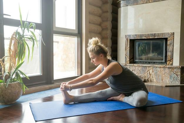 Yoga en el hogar: janu sirsasana pose