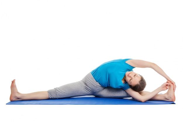 Yoga - joven bella mujer haciendo yoga asana ejercicio aislado